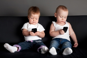 kids with smartphones